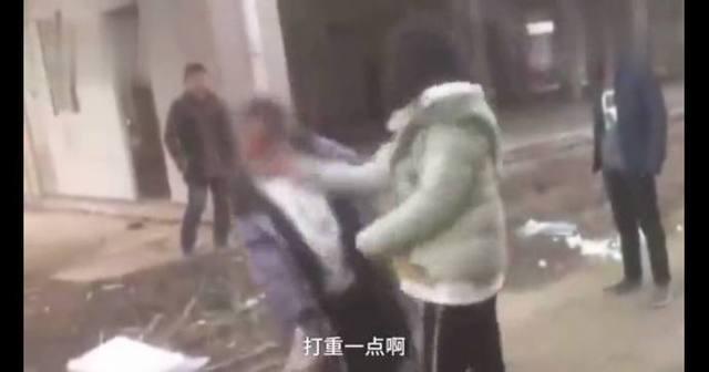 近日,湖北嘉魚縣某中學女生遭同學輪流搧耳光的視頻在網上熱傳。(視像擷圖)