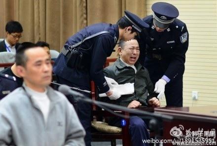 2014年4月,被指是周永康家族的「白手套」的劉漢庭審,期間劉漢大哭。(網絡圖片)
