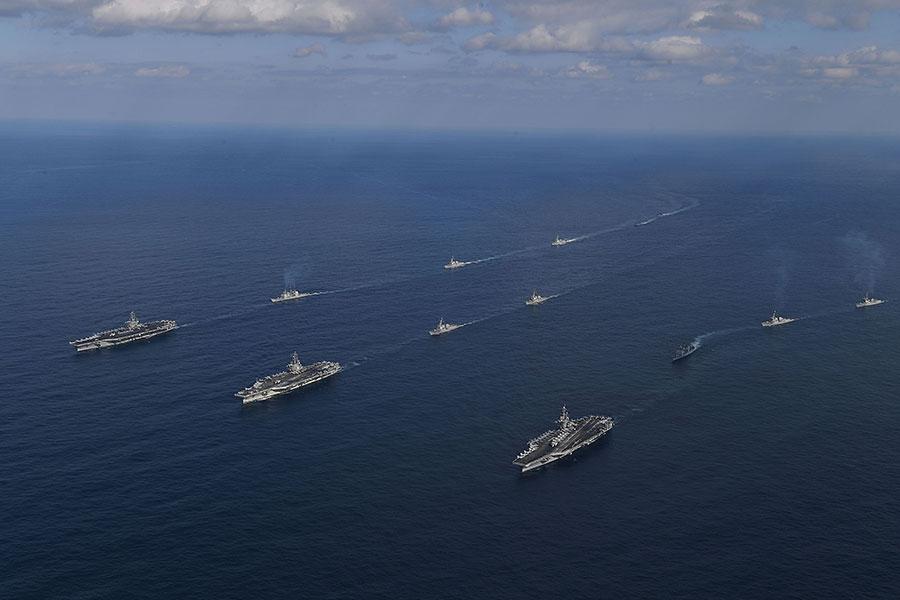 美國加緊對朝備戰。圖為去年11月12日,美國海軍三個航母艦隊在南韓附近的東海海域進行軍事演習。(South Korean Defense Ministry via Getty Images)