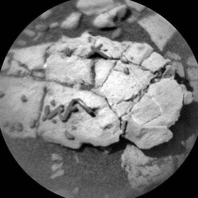 探測器好奇號的視野之中,出現不同尋常的棒狀結構。(NASA/JPL-Caltech/LANL)