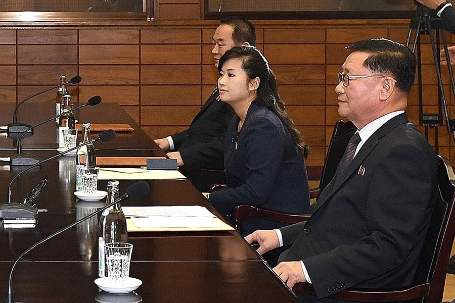 南韓與北韓於1月15日在板門店舉行商討奧運會的工作會議,北韓出席代表包括牡丹峰樂團團長玄松月(右二)。(South Korean Unification Ministry via Getty Images)
