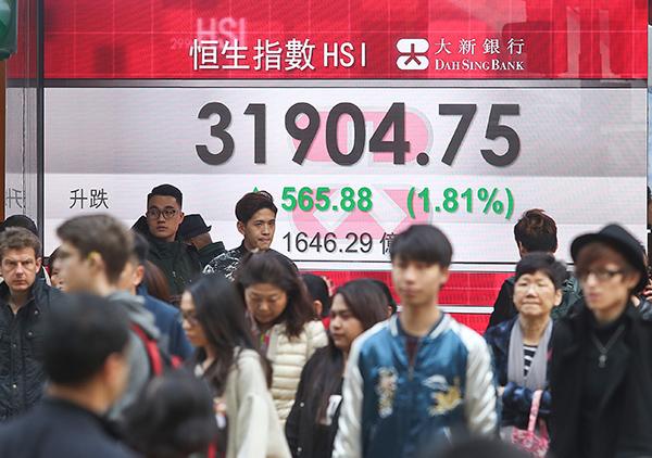 恒指收市飆565點或1.8%,創收市歷史新高,距2007年31958點的盤中歷史高位亦僅53點,分析師料今天有機會破頂。(余鋼/大紀元)