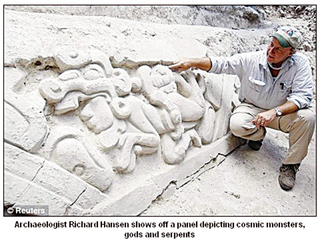 考古學家理查漢森在埃爾米拉多遺址中發現一塊雕塑。(網絡截圖)