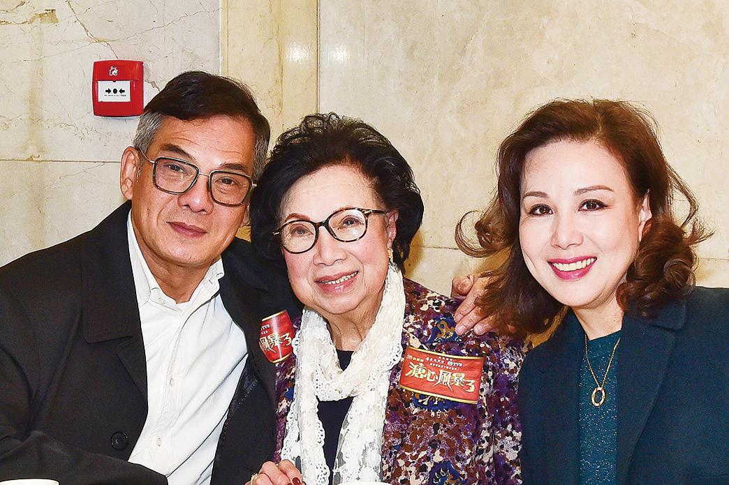 李國麟(左)與梁舜燕(中)在劇中飾演母子。(郭威利/大紀元)