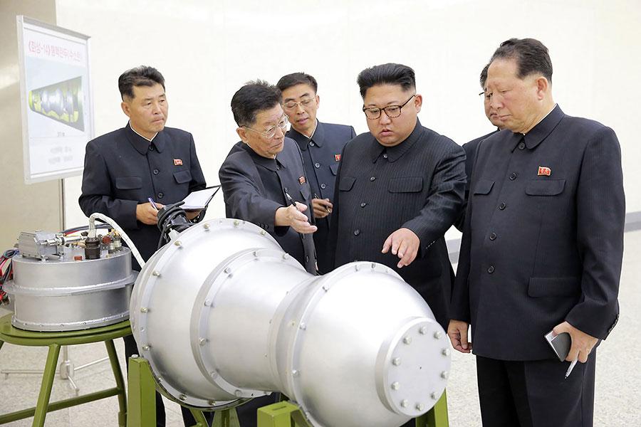 南韓國防部長宋永武表示,北韓若對美國或南韓使用核武,無疑是自殺行為,會從地圖上消失。圖為北韓領導人金正恩於2017年在核武研究所檢視核武裝置,朝中社稱其為氫彈。(STR/KCNA VIA KNS/AFP)