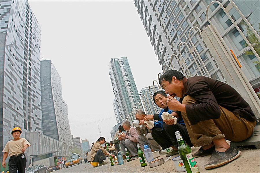 中國樓市兩年來在銀行貸款和投機的托舉下,非正常地增長,但是現在情況發生了改變。(TEH ENG KOON/AFP/Getty Images)