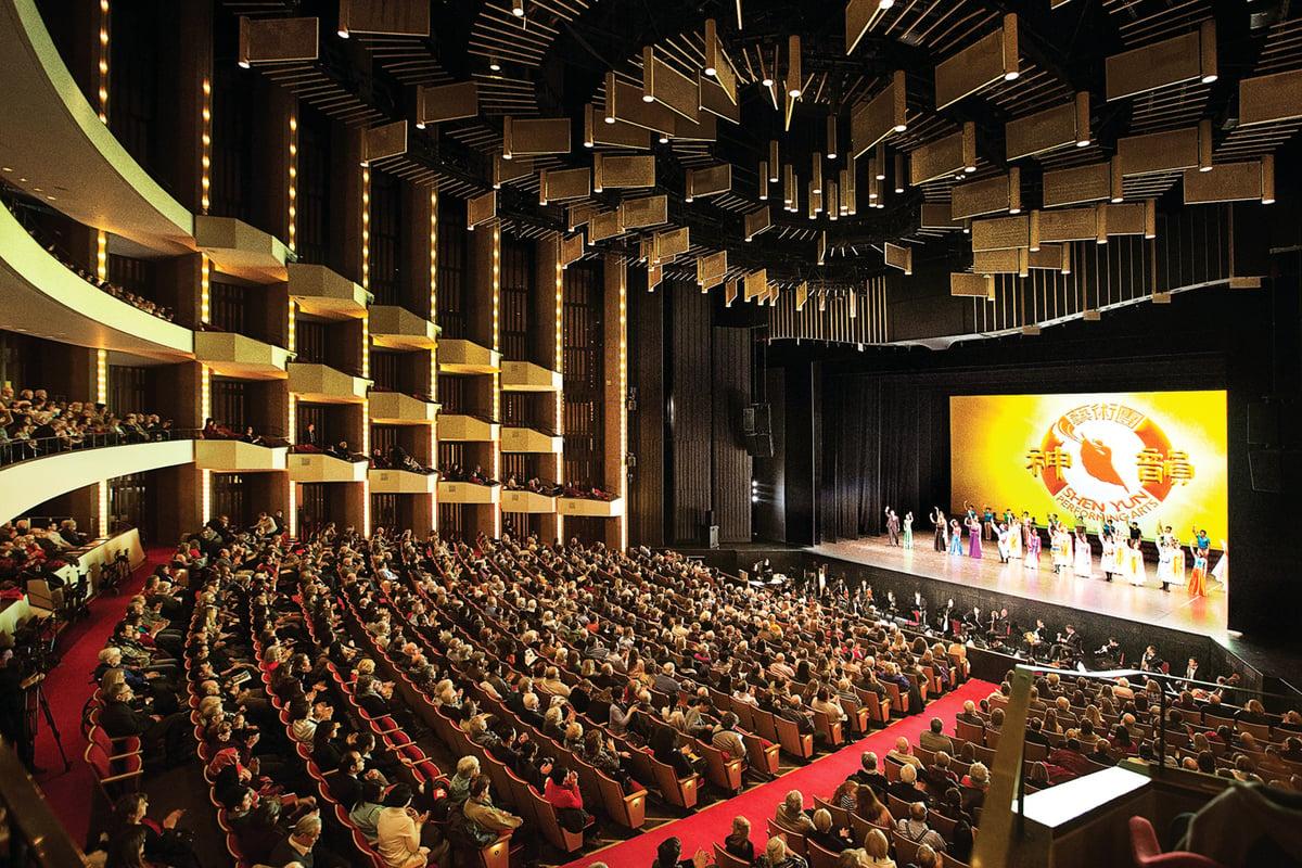 12月30日下午,神韻紐約藝術團在渥太華國家藝術中心的第三場演出再次爆滿。(艾文/大紀元)