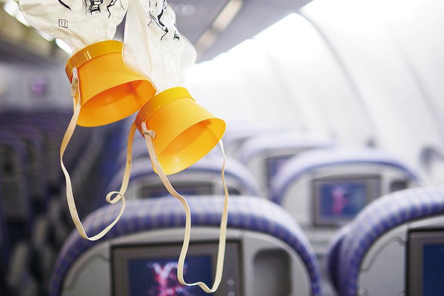 飛機上的氧氣罩可供氧約12分鐘。(shutterstock)