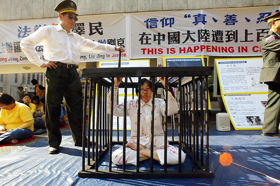 北京當局去年持續迫害宗教信徒和領導人,包括法外監禁一名天主教主教、羈押法輪功學員等。圖為中共非法羈押法輪功學員示意圖。(Mike Clarke/Getty Images)