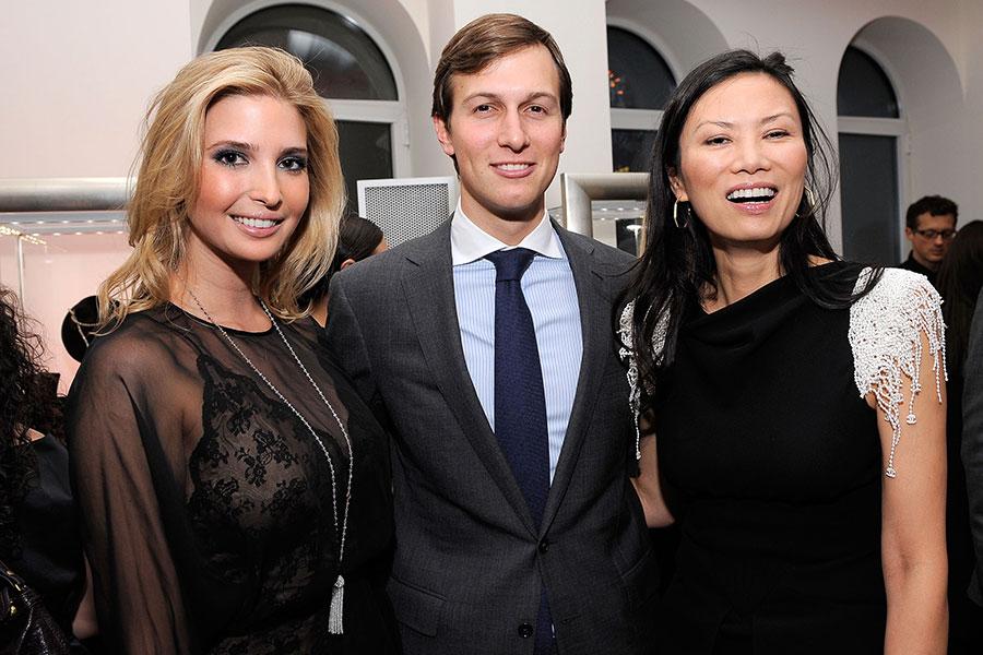 圖為2010年,伊萬卡(左)與丈夫庫什納(中)和鄧文迪在紐約的一場慈善活動上合影。(Jemal Countess/Getty Images)