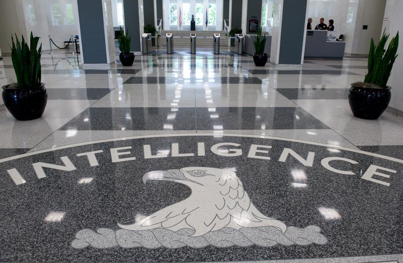 中情局局長蓬佩奧誓言,要加強主動反間諜力度,抓捕那些來自對手國家,並試圖滲透到美國情報界的間諜。圖為美國維珍尼亞州蘭利CIA總部大樓內大廳。(Getty Images)
