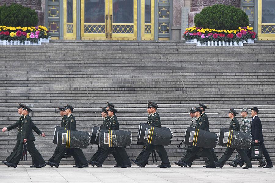 中央辦公廳主任丁薛祥上個月的講話被中央直屬期刊發表,他強調十八大以來反腐中被查的高官幾乎都有政治問題,有的高官甚至是「篡黨奪權」。圖為北京軍區和中央警衛局。(AFP PHOTO/GREG BAKER)