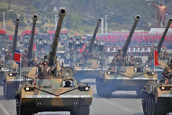 有消息稱,北韓準備在平昌冬季奧運會開幕日前一天舉行大型閱兵儀式。圖為北韓去年4月15日閱兵。(AFP)