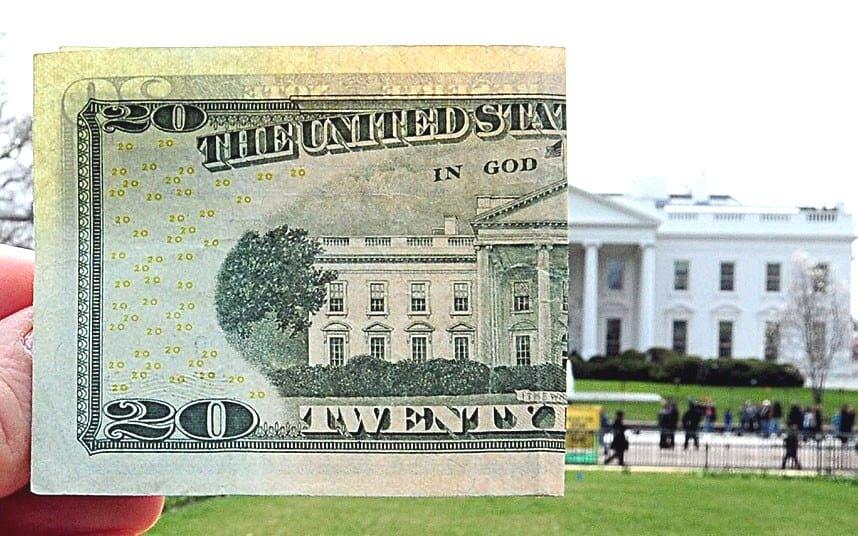 中共外匯管理局回應媒體報道考慮減緩或暫停增持美債,指「可能是假新聞」。專家分析,中共若真減持美債反過來會讓自己更受傷。(Getty Images)