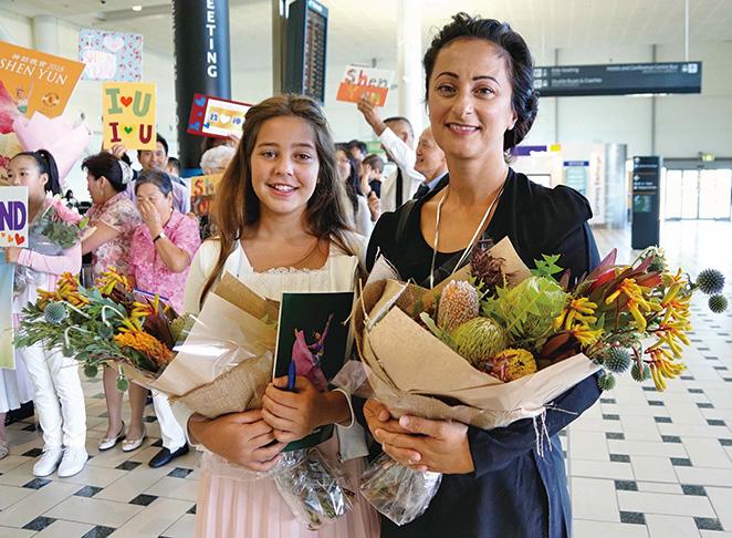 神韻粉絲Nina Smythe和12歲的女兒Zoe Smythe特地捧著澳洲本土品種的花束準備獻給偶像們。(燕楠/大紀元)