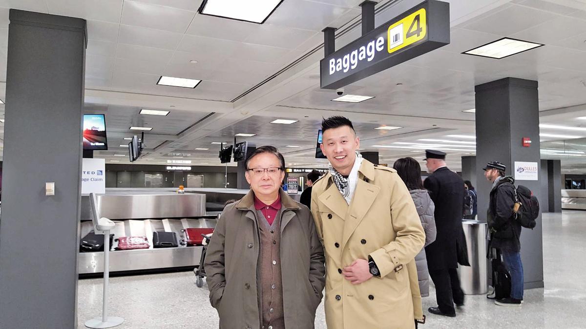 中國大陸異見青年王睿(右)滯台三年多,近日在台、美政府合作下成功秘密抵達美國。圖為旅美大陸學者辛灝年(左)在華盛頓機場接機。(王睿提供)
