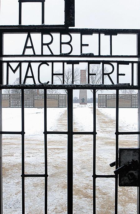 奧斯威辛集中營入口鐵門。(Getty Images)