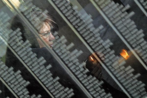民眾手持蠟燭悼念納粹大屠殺中遇難的匈牙利猶太人。(Getty Images)