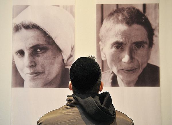2009年1月18日,布達佩斯猶太博物館的猶太教堂開幕攝影展。本次展覽開幕當天為二次世界大戰期間布達佩斯猶太貧民窟數萬人免於被驅逐出境的65周年。(Getty Images)
