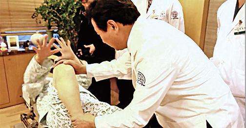 檢查時她的右腳不能折到底。