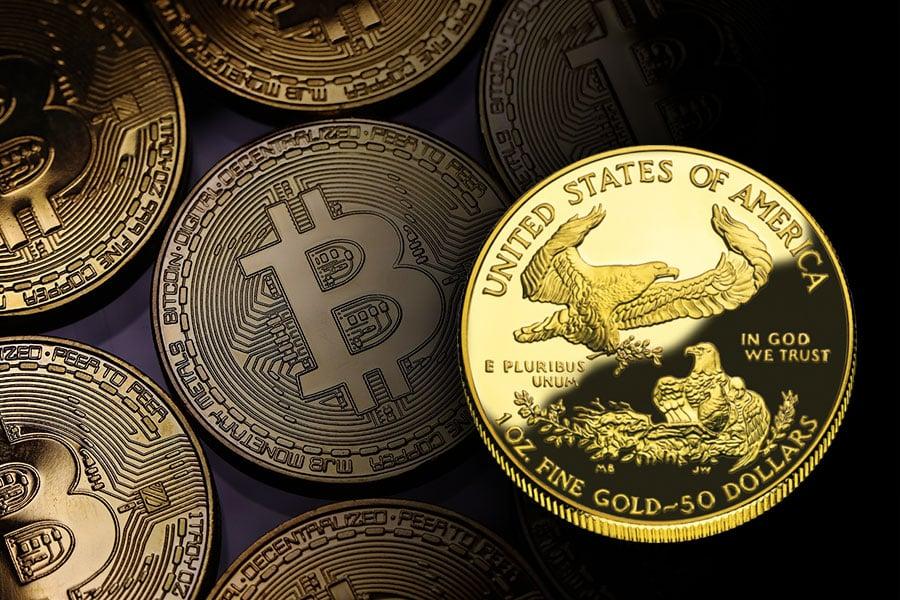 圖為在美最受歡迎、由美財政部鑄幣局(US Mint)生產的美國鷹揚金幣(American Eagles)。(Dan Kitwood/Getty Images、維基百科/大紀元合成)