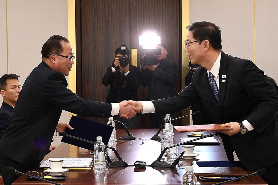 南北韓17日舉行的副部長級工作會談上,確定在奧運會開幕前,在北韓馬息嶺滑雪場進行兩韓滑雪選手共同訓練。圖為雙方代表見面問候場面。(South Korean Unification Ministry via Getty Images)