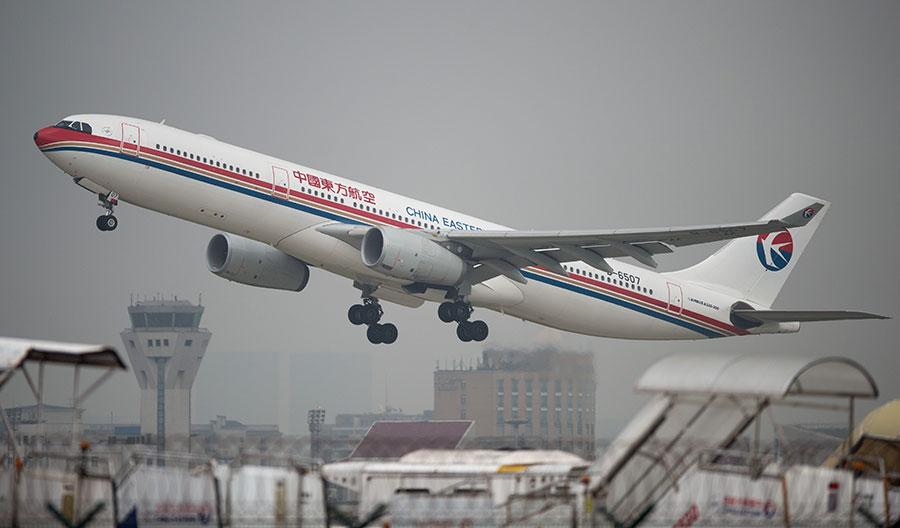 圖為一架東方航空客機從上海虹橋機場起飛。(JOHANNES EISELE/AFP/Getty Images)