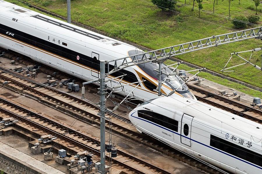 美國政治外交雜誌《國家利益》近日報道,中共在現有2.2萬公里的高鐵網絡上,持續發展更快速的新一代復興號高鐵系統,主要的背後目的是執行機動運輸和部署導彈的戰略,以躲避美國的衛星偵察。(STR/AFP/Getty Images)