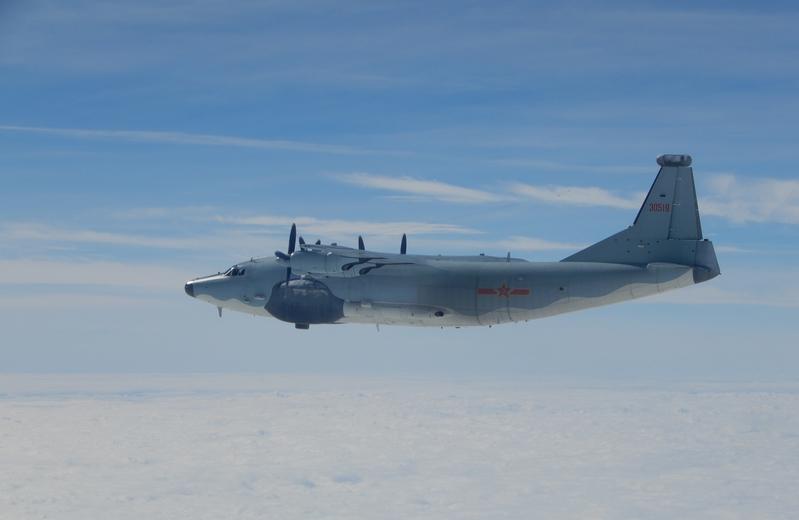圖為中共運8遠干機去年12月18日再度續行遠海長航,穿越巴士海峽飛往西太平洋。(中央社)