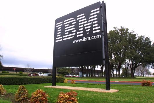 周四(1月18日),美國美國司法部表示,IBM一名前華裔軟件開發人員被判處五年有期徒刑,他涉嫌銷售公司軟件相關的商業秘密給中共政府機構。圖為IBM位於德州的公司入口招牌。(Joe Raedle/Getty Images)