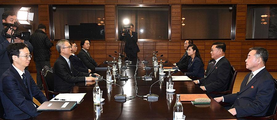 近日兩韓會談中,頻現北韓「牽著南韓鼻子走」的情況,激起了南韓民眾的憤怒,以及對文在寅政府的不滿。圖為15日兩韓進行的第二次回談,探討了北韓藝術團參與冬奧會問題。(South Korean Unification Ministry via Getty Images)