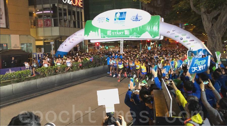 渣打馬拉松全馬賽事於上午6時10分在尖沙咀彌敦道起步。(梁珍/大紀元)