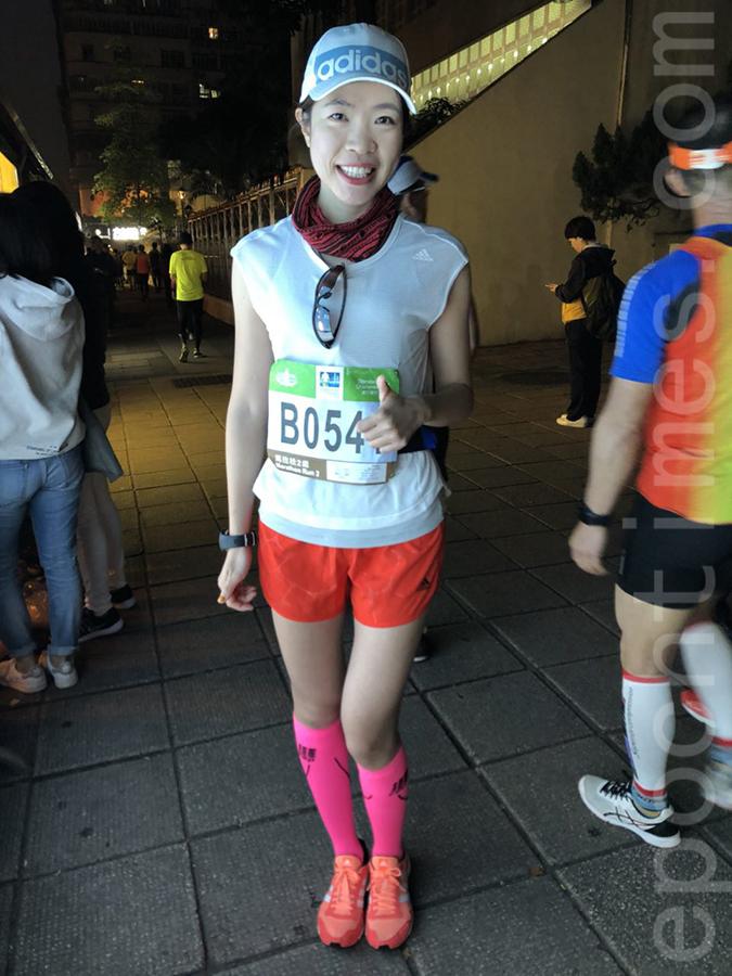 第七次參與全球馬拉松賽事的嚴小姐 。(梁珍/大紀元)