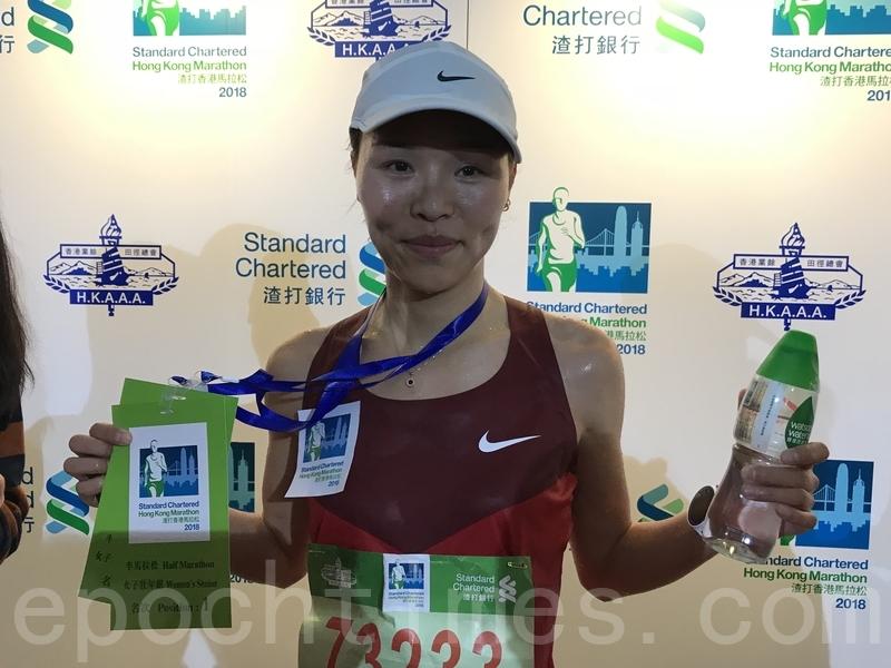 郝曉帆是是揚州大學的體育教師,造出時間是。她同樣是應Nike的邀請來港參賽,首次來港比賽。她指賽斜路較多,比較困難,但沿途觀眾打氣是她的動力。(王文君/大紀元)