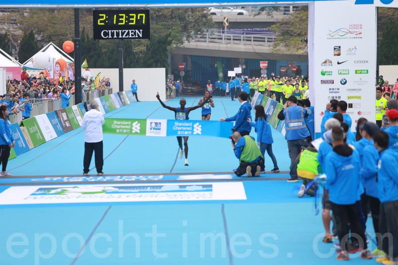 肯雅跑手Kenneth Mburu Mungar以2小時13分38秒奪得冠軍。(陳仲明/大紀元)