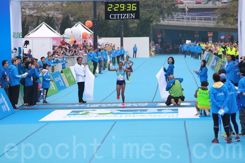 埃塞俄比亞的跑手Gulume Tollesa Chala以2小時29分36秒奪得冠軍,並打破大會紀錄。(陳仲明/大紀元)
