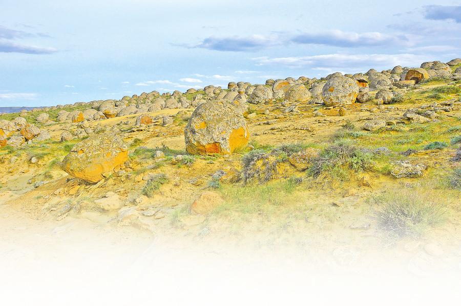 哈薩克乾草原上的神秘巨型石球