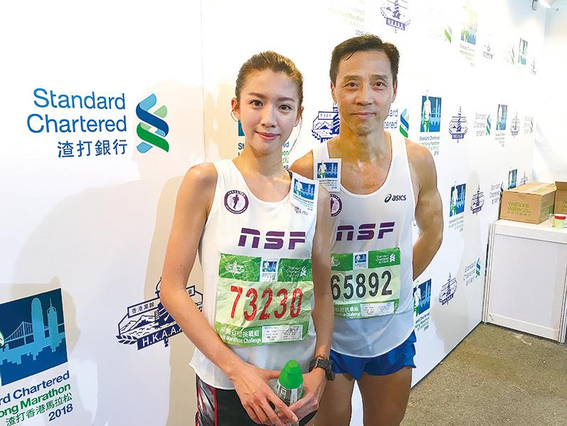 蔡思貝(左)首戰半馬21公里,以1小時47分完賽,教練吳師傅(右)讚不絕口話「有潛質」、「好有鬥志」。(王文君/大紀元)