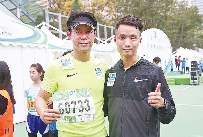 徐榮(左)通宵拍戲到凌晨2點鐘,直踩跑場。今次參加半馬21公里,以1小時59分完成。(余鋼/大紀元)