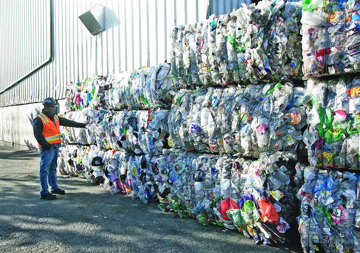 中國今年初開始,將禁止進口廢塑膠、未經分揀廢紙、廢紡織原料、釩渣等24類固體廢物。圖為美國俄勒岡州的垃圾場。(Photo by Natalie Behring/Getty Images)