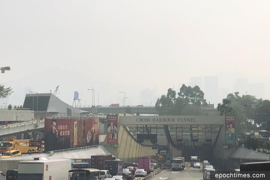 下午1時許,維港上空濃罩著煙霞,能見度較低,未能清𥇦看見維港對岸的建築物。(曾蓮/大紀元)