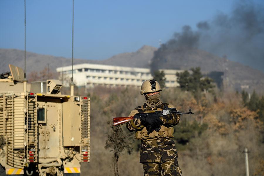阿富汗一名政府官員周日(1月21日)告訴霍士新聞,塔利班武裝份子周六襲擊阿富汗首都一家豪華洲際酒店,造成四十多人死亡。(WAKIL KOHSAR/AFP/Getty Images)