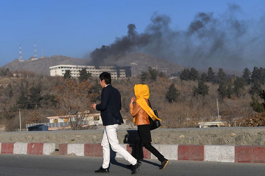 在最後一名襲擊者被擊斃之前,阿富汗安全部隊和襲擊者已經交火對峙13個多小時,酒店客人被迫逃離建築物,部份建築物起火。(WAKIL KOHSAR/AFP/Getty Images)