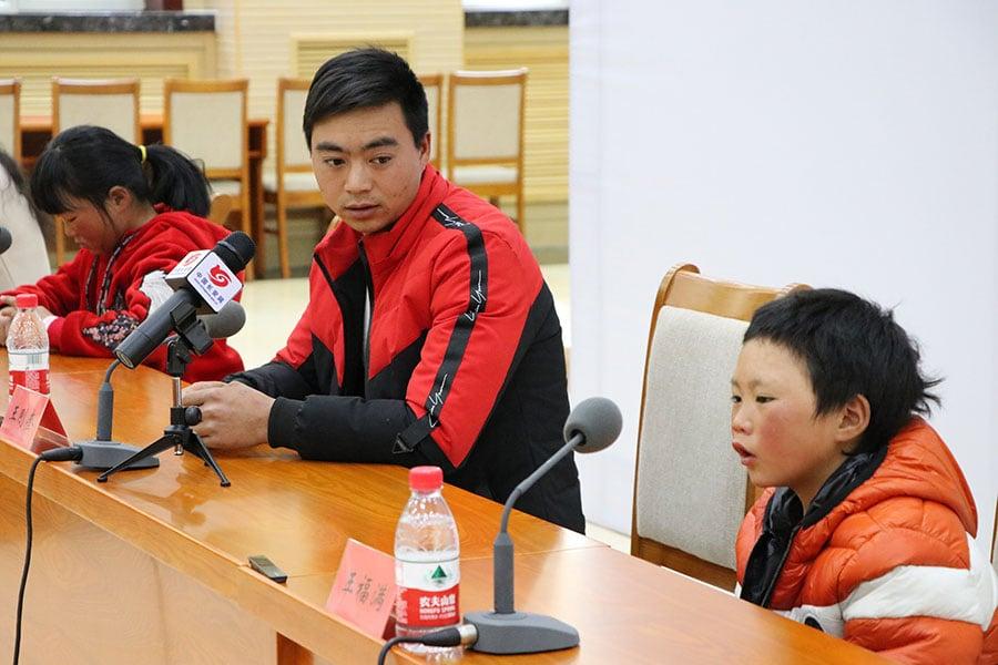 被安排進京的王福满和父親、姊姊三人在「圓夢」新聞發佈會上。(大紀元資料室)