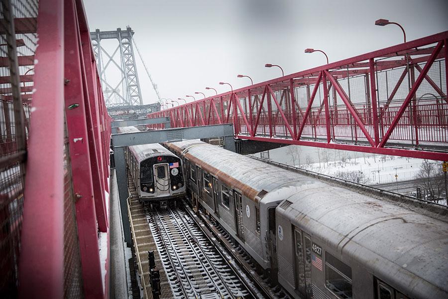 在日企與中企對紐約地鐵引進新型車輛製造商的競標中,日媒周六(1月20日)爆料,日本川崎重工業公司勝出,預計將獲得約1600節紐約地鐵車輛訂單,價值約36億美元。圖為現時服役中的紐約地鐵列車。(Andrew Burton/Getty Images)462351496