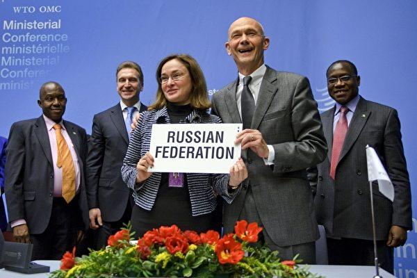 圖為俄羅斯經濟發展部部長娜碧禮娜(Elvira Nabiullina )(左),與世界貿易組織秘書長拉米(右),在2011年12月的會議中合影,本次會議上就俄羅斯入世達成共識。(FABRICE COFFRINI/AFP/Getty Images)