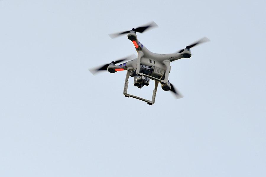特朗普政府將啟用無人機幫助在偏遠地帶進行偵測。無人機項目日前已經進入測試階段。圖中的無人機為示意圖,與本文無關。(NICOLAS TUCAT/AFP/Getty Images)