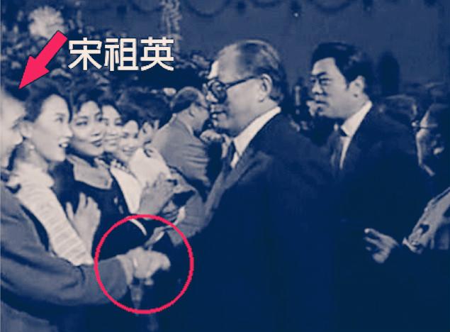 自從宋祖英成為江澤民的情婦後,不僅在大陸娛樂圈「呼風喚雨」,而且還「權勢熏天」,甚至被戲稱為「中共政治局常委」。(網絡圖片)