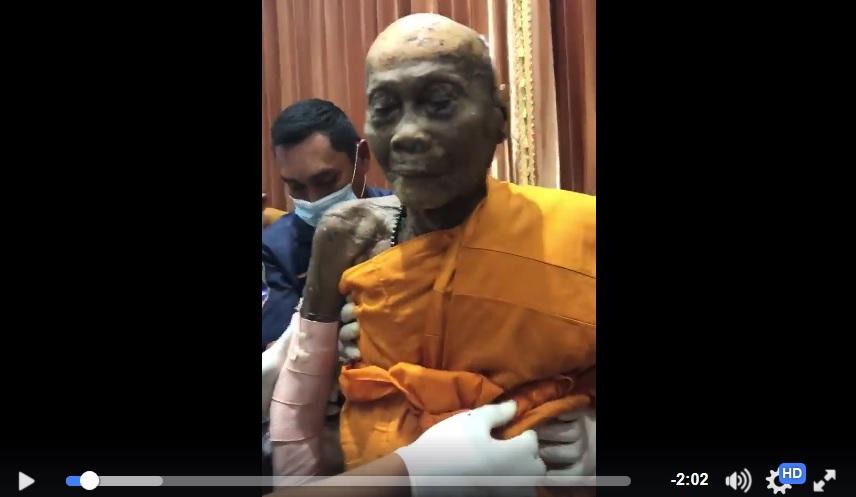 泰國華富里府92歲高僧龍婆偏圓寂兩個月,肉身未腐爛,而且還面露微笑。(視像擷圖)