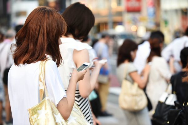 3C低頭族 小心飛蚊症找上你。(Atsushi Tomura/Getty Images)